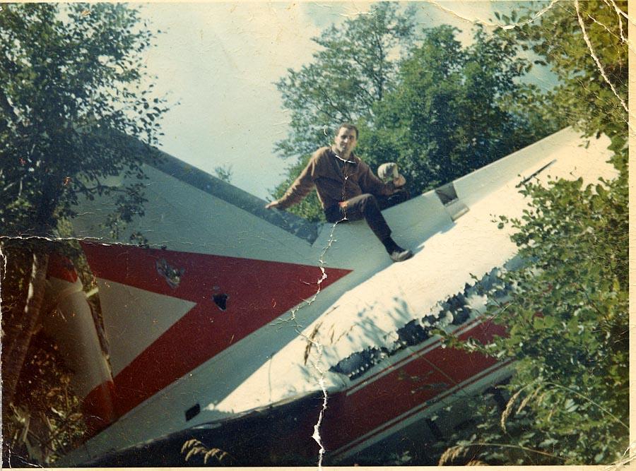 vittorio su relitto aereo.jpg
